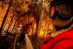 Bombeiros num incêndio