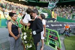 Bruno de Carvalho abraçado à família