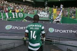 William Carvalho olha para a imagem do adepto no fim do jogo