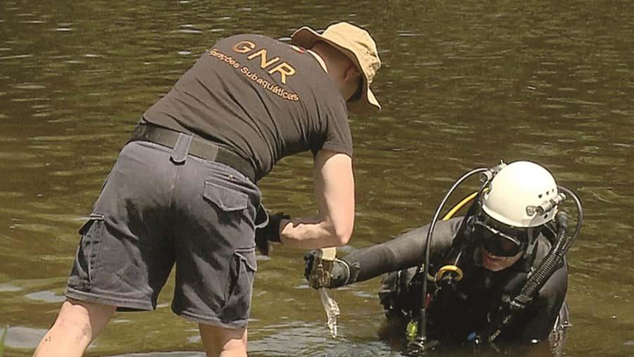 Mergulhadores da Unidade Subaquática da GNR efetuaram buscas no fundo do rio e recuperaram droga