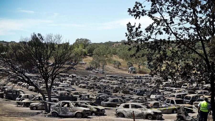 Incêndio em parque de estacionamento de festival destrói centenas de carros