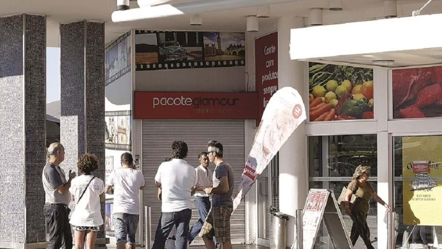 Vítimas em frente à agência Pacote Glamour, no Montijo