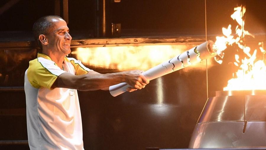 Vanderlei Cordeiro de Lima foi medalha de bronze na maratona dos Jogos Olímpicos Atenas2004 e foi o último portador da tocha, que entrou no estádio do Maracanã, palco da Cerimónia de Abertura da XXXI Olímpiada, pelas mãos de Gustavo Kuerten, três vezes vencedor do torneio de Roland Garros e antigo número um mundial de ténis