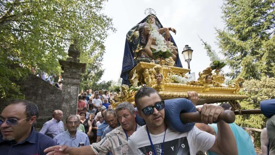 Cortejo do andor da Srª da Piedade na aldeia de Sanfins do Douro