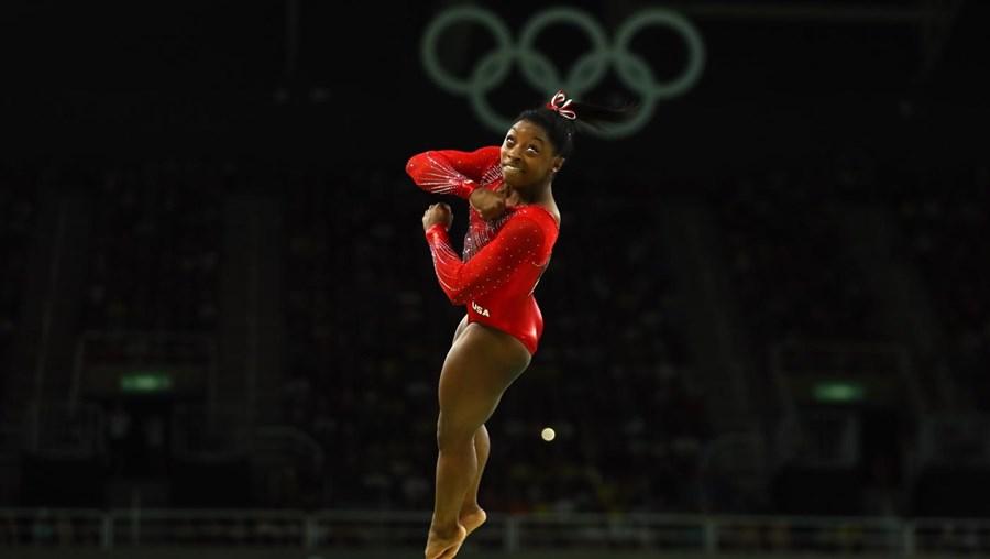 Simone Biles durante a prova de salto