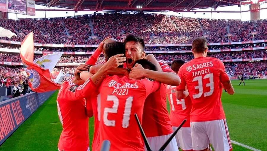 O Estádio da Luz  prepara-se para encher no primeiro jogo do Benfica, tricampeão nacional, em casa na nova temporada. Os bilhetes para o jogo com o V. Setúbal já esgotaram