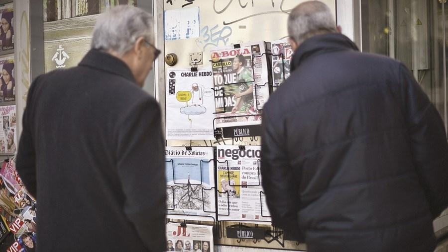 Em Portugal estão registados 701 jornais, sendo que 141 têm periodicidade diária e 155 são semanários
