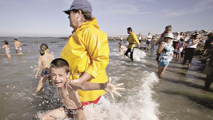 """""""Banho santo"""", na praia de S. Bartolomeu do Mar, é um acontecimento que atrai milhares de pessoas a Esposende"""