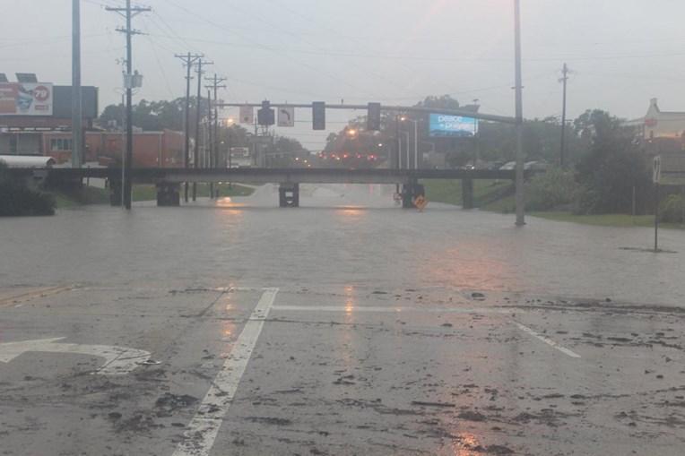Ruas inundadas após transbordo de rios