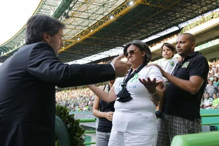 Bruno de Carvalho abraça a família de Dário Pestana e entrega flores à mãe, Marlene Diniz