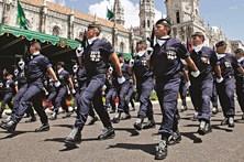 ... Sargentos em vigília na quarta-feira em frente à residência do  primeiro-ministro 21a2bd29bfb