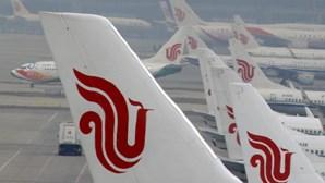 Chinesa invade pista e tenta parar avião