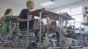 Alunos pedalam na aula contra a distração