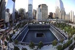 A piscina invertida do memorial ao 11 de Setembro lembra o sítio onde se erguia a Torre Sul do World Trade Center