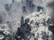 Uma nuvem de fumo e detritos engole Manhattan quando as torres colapsam
