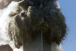 O momento do colapso de uma das torres