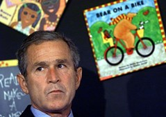 George W. Bush, presidente dos EUA à época dos atentados, recebeu a notícia quando estava numa escola da Florida