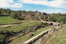 Ponte Medieval da Panchorra, que integra a rota do românico.