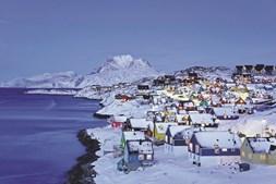 Chega-se à Gronelândia, de avião, via Europa. É muito mais interessante, mas mais dispendioso, fazer escala em Reiquiavique, na Islândia