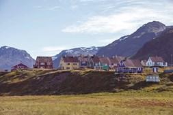É tradição as casas serem pintadas sempre com as mesmas cores: azul, vermelho, amarelo e verde. são assim por toda a ilha