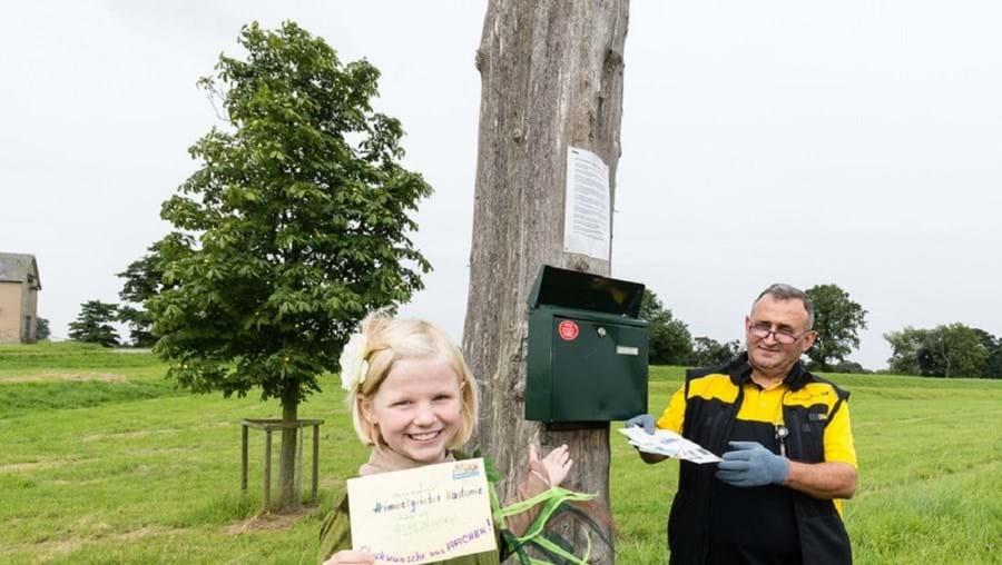 Ekrem Dönder entrega diariamente entre cinco a 10 cartas na caixa de correio do castanheiro