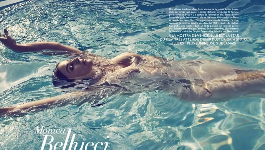 A atriz italiana foi fotografada a nadar numa piscina