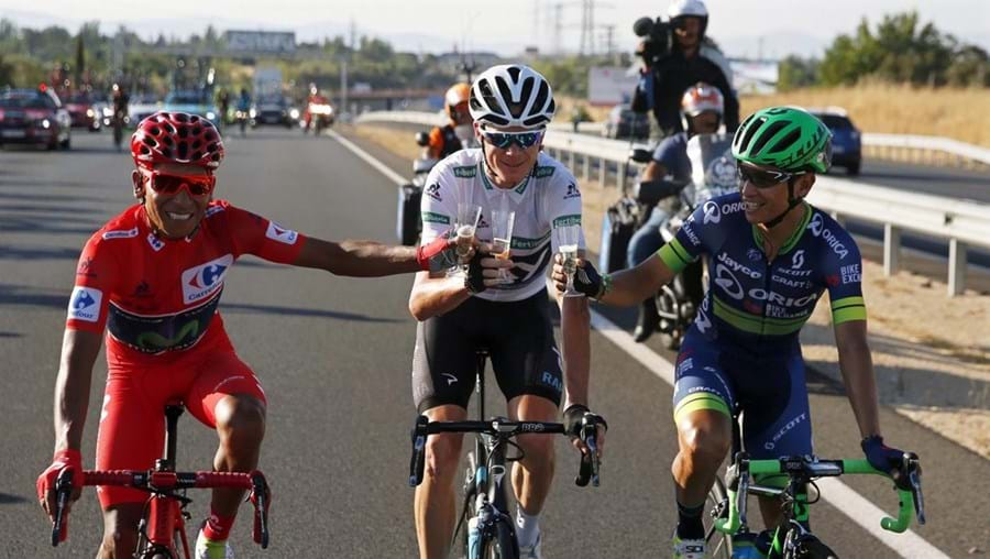 Quintana, è esquerda com a camisola vermelha da liderança, brinda com Froome e Chaves, segundo e terceiro classificados