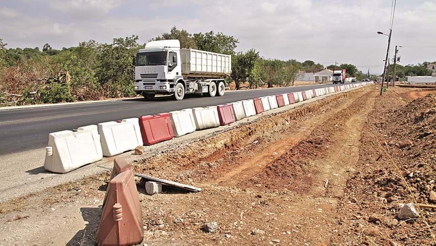 Trabalhos foram suspensos para não causarem constrangimentos ao trânsito e ainda estão por recomeçar