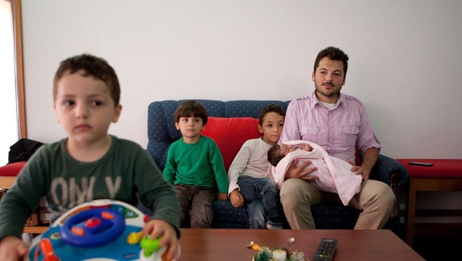 Mahmoud Kattam com os filhos. A mais nova nasceu já em Penela a 5 de setembro