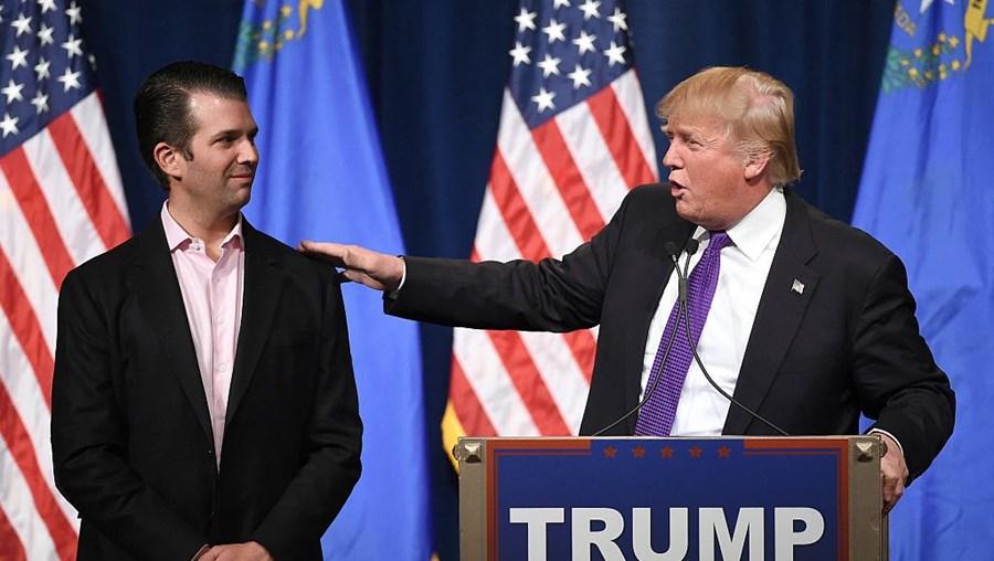 Donald Trump Jr. ao lado do pai, Donald Trump