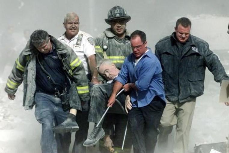 Bombeiros carregam o capelão dos bombeiros de Nova Iorque, Mychal Judge, que morreu esmagado pela queda de detritos no 'Ground Zero'