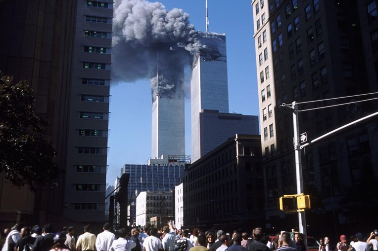 O momento do impacto do segundo avião na Torre Sul do Word Trade Center