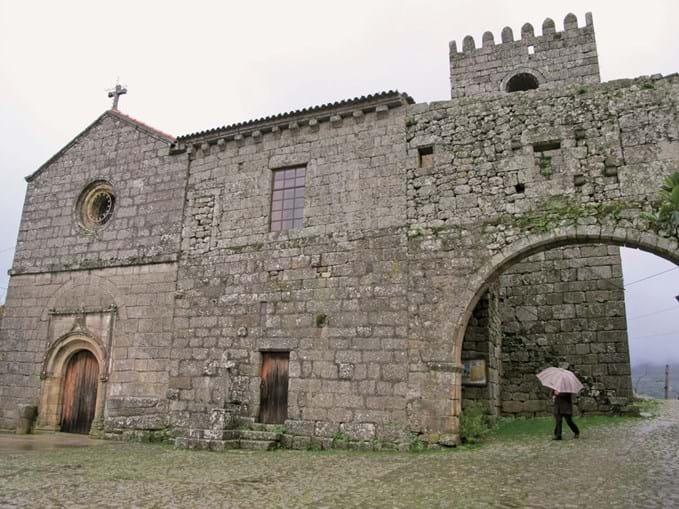 Mosteiro medieval de Santa Maria de Cárquere.