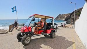 Carros elétricos levam turistas para a praia