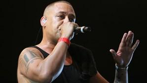 """""""Mongoloide"""" e """"autista"""": Carlão pede desculpa após participar em videoclipe de rapper com letra polémica"""