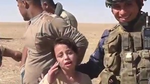 Menina agradece a soldados libertação do Daesh