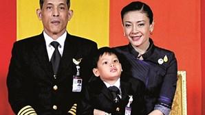 Vídeos eróticos  e filhos ilegítimos no 'currículo' do rei da Tailândia