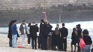Praxe na praia põe 20 caloiros em risco
