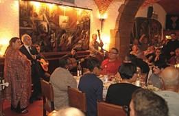 O Café Luso é um icónico restaurante lisboeta que todos os dias oferece sessões de fado entre as 20h00 e as 02h00