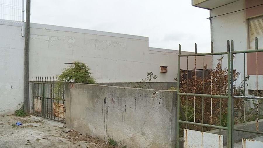 Homem de 22 anos saltou nu de um muro sem reparar no gradeamento em baixo