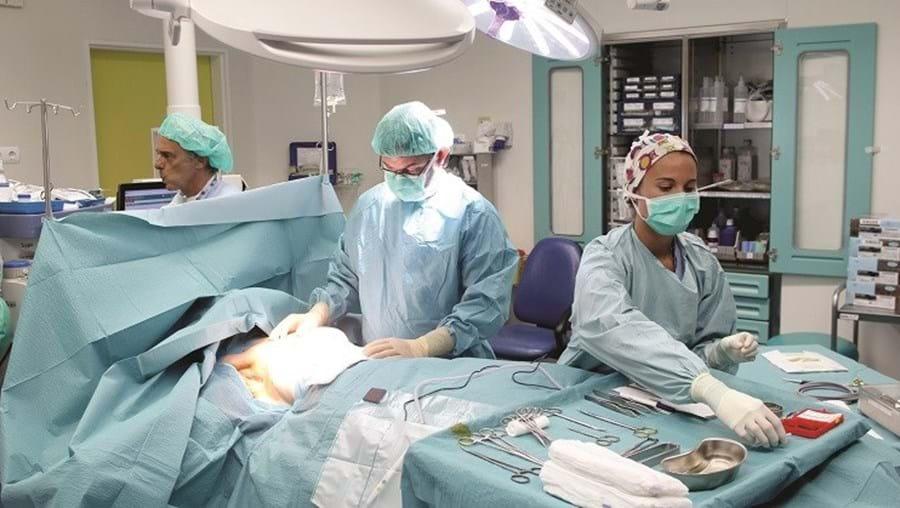 A cirurgia em que é colocado o expansor demora cerca de quarenta e cinco minutos. Na operação, a paciente é submetida a uma anestesia total