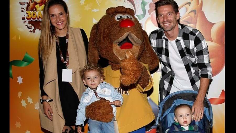 Adrien Silva com a mulher, Margarida, e os filhos