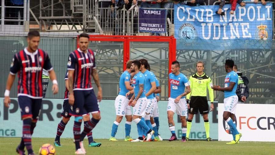 Nápoles foi ganhar a casa do Crotone e ascendeu provisoriamente ao terceiro lugar no 'Calcio'