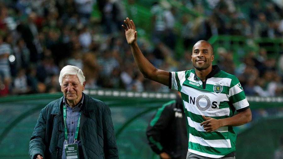 Vicente Moura (vice-presidente do Sporting com o pelouro das modalidades) com Nelson Évora