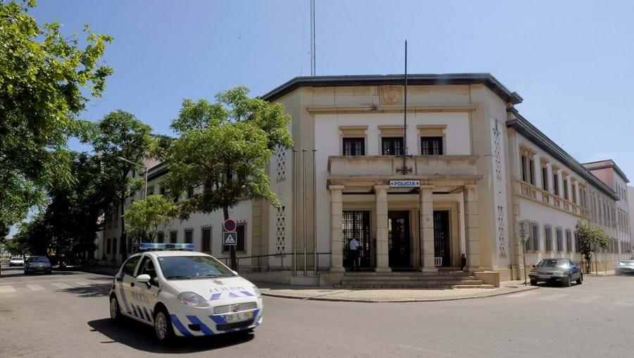 Agentes da Investigação Criminal de Faro intercetaram suspeitos na rua ou junto  às residências
