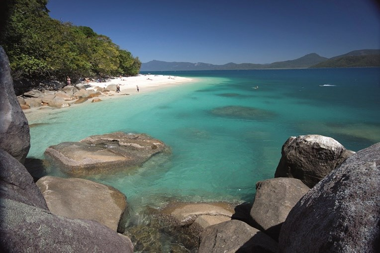 Além dos corais, a região oferece ilhas e praias paradisíacas, apenas acessíveis de barco ou avioneta