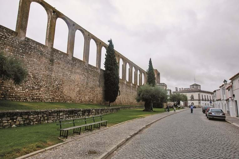 O aqueduto  é um dos cartões de visita