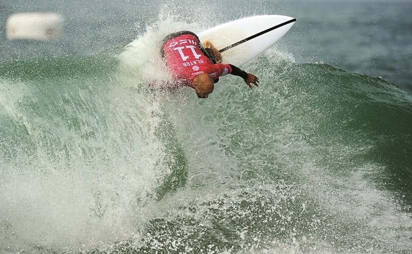Kelly Slater que, aos 44 anos, é o maior surfista profissional da história deste desporto