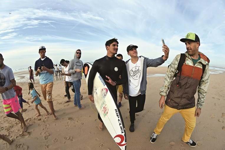 Na praia, a aguardar mais uma prova da etapa portuguesa do circuito mundial