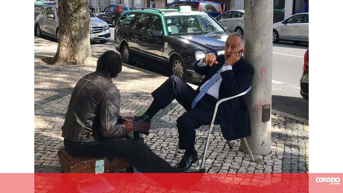 Marcelo Rebelo de Sousa apanhado a engraxar os sapatos na
